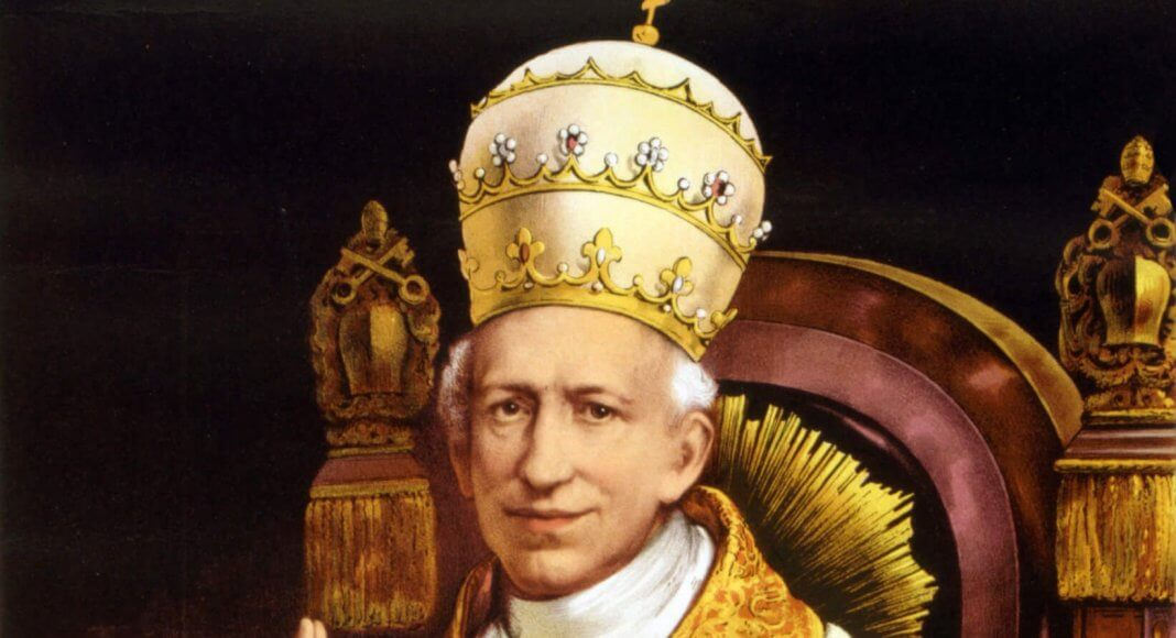 Bild: Leo XIII. / Authentic portrait from the Vatican album of the Ecumenical Council. [Public domain], via Wikimedia Commons