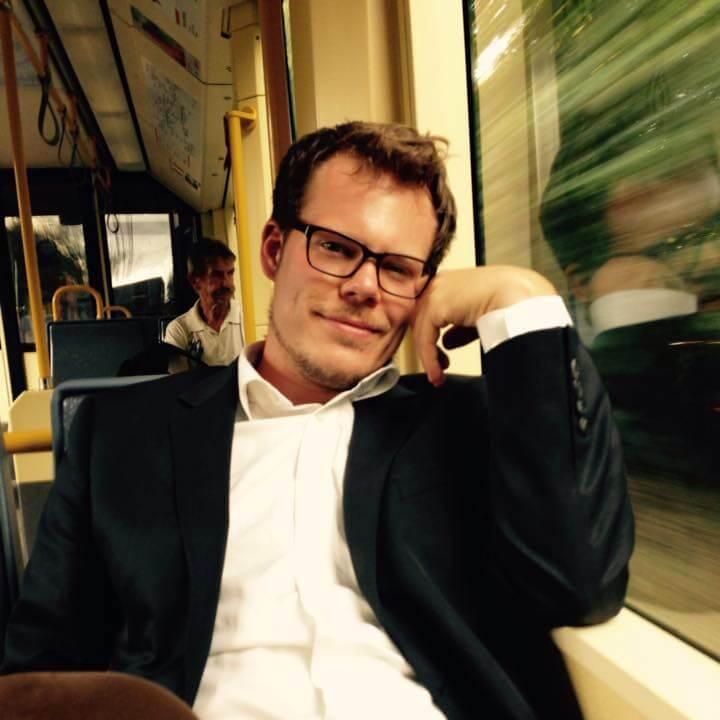 Benjamin Kalkum hat in Bonn Theologie studiert. Er hat danach sowohl in einer Werbeagentur gearbeitet als auch als Priesterkandidat in einer Gemeinde. Er findet, dass die Kirche das Evangelium zu leise und zu schlecht verkündet. Zur Zeit arbeitet er als Journalist in Budapest und denkt darüber nach, was man anders machen könnte.