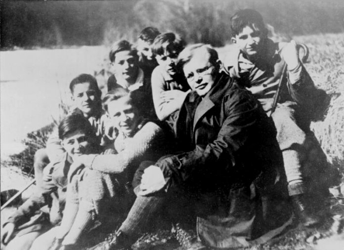 Dietrich Bonhoeffer mit Schülern (1932) - Bundesarchiv, Bild 183-R0211-316 / CC-BY-SA 3.0 [CC BY-SA 3.0 de (https://creativecommons.org/licenses/by-sa/3.0/de/deed.en)]
