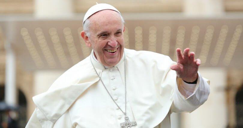 Papst Franziskus begrüßt Pilger auf dem Petersplatz am 16. Mai 2016. Foto: CNA/Alexey Gotovskiy