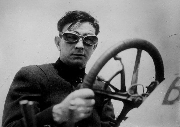 Ein Rennwagenfahrer im Jahr 1910. Foto: Artybee via Pixabay (Gemeinfrei)