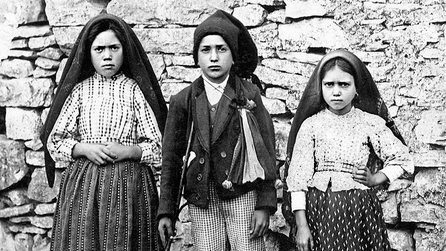 Die Hirtenkinder von Fatima. Bild : Attributed to Joshua Benoliel [Public domain]