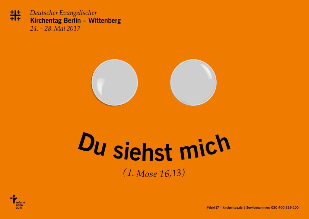 Grell orangenes Plakat zum ev. Kirchentag 2017, wie überall in Berlin zu sehen sind.