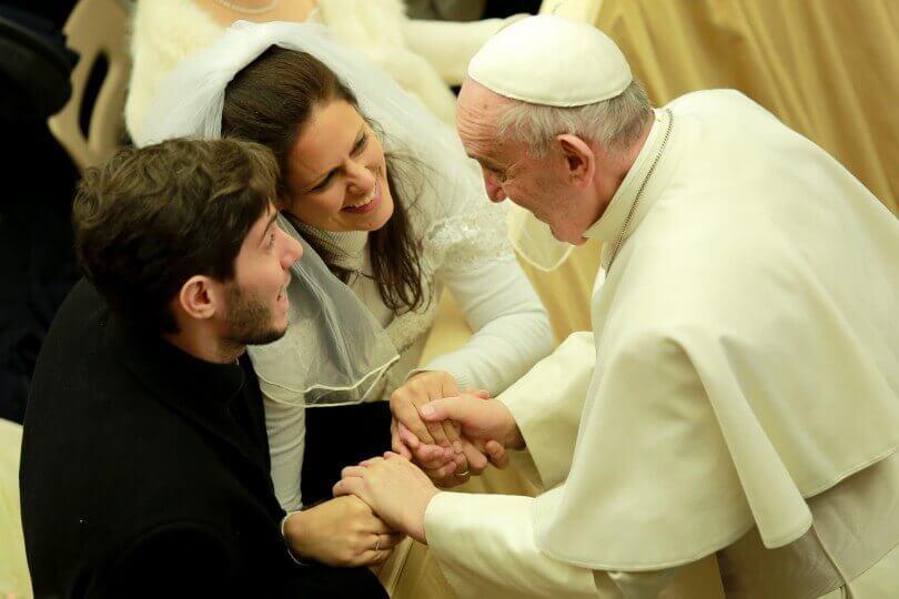 Papst Franziskus begrüßt ein frischverheiratetes Paar am 20. Januar, 2016 | Foto: CNA/Daniel Ibanez