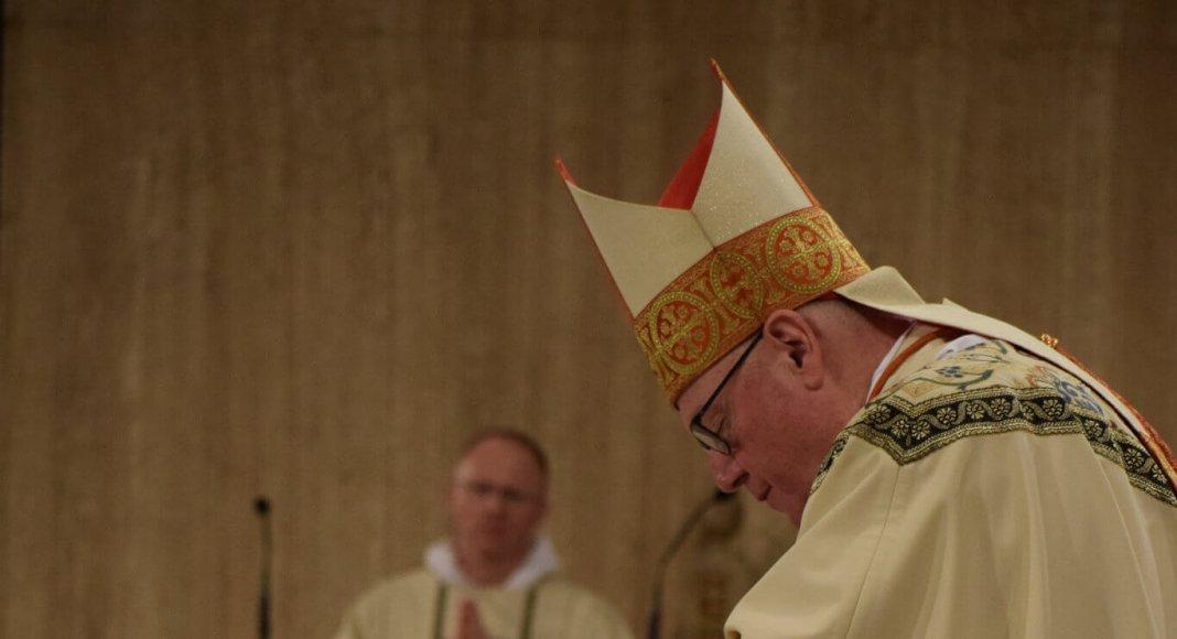Kardinal Dolan weiht einen Priester (19. Mai 2018). Bild: Province of Saint Joseph/ flickr.com. Lizenz: CC BY-NC-ND 2.0 - https://www.flickr.com/photos/dominicanfriars/42175797192/in/album-72157669162071808/