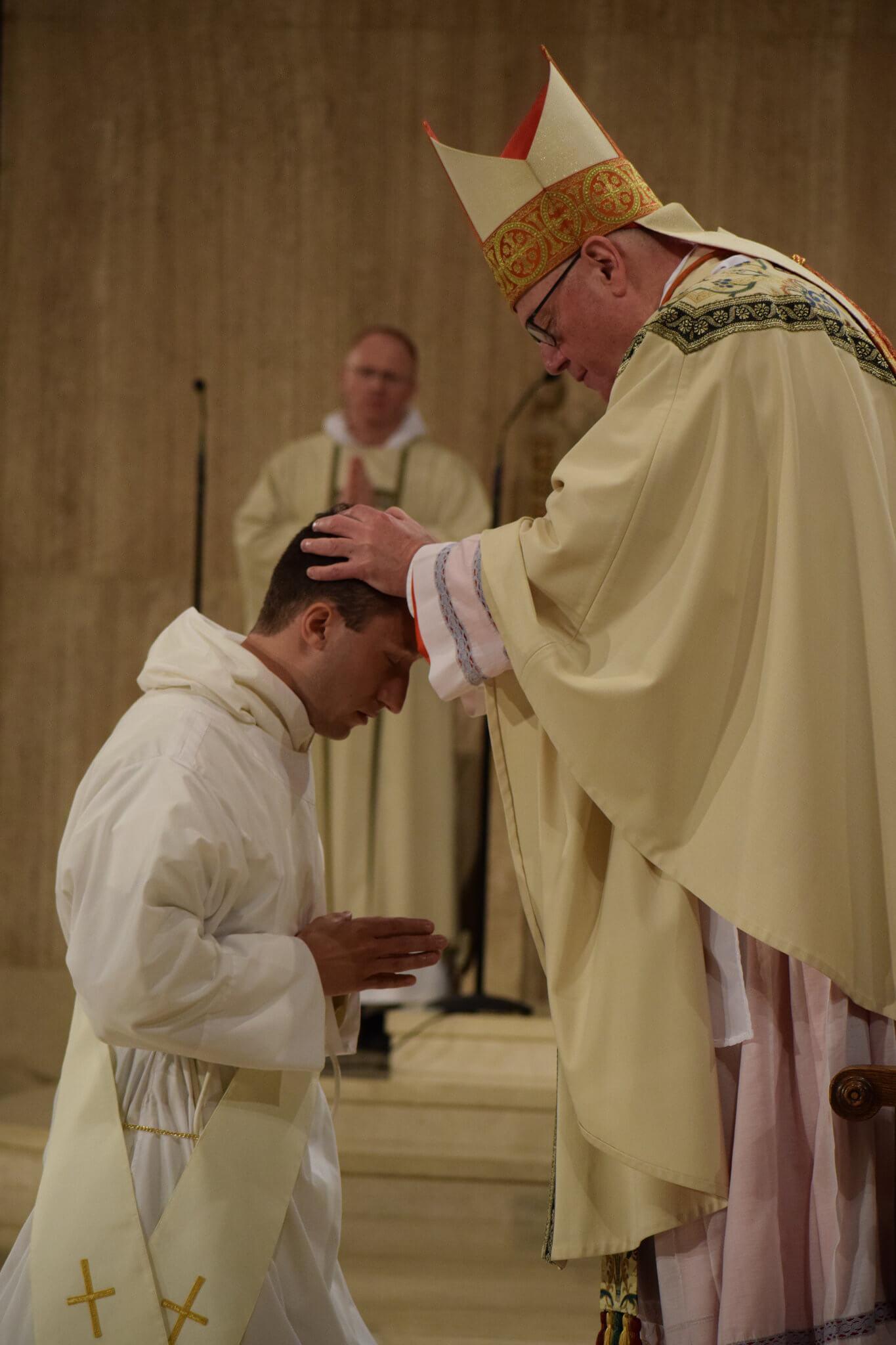 Bild: Kardinal Dolan weiht einen Priester (19. Mai 2018). Provinz Saint Joseph / flickr.com. Lizenz: CC BY-NC-ND 2.0
