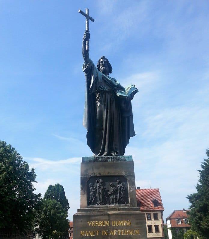 Bild: Bonifatius in Fulda (größer als Luther in Eisenach)