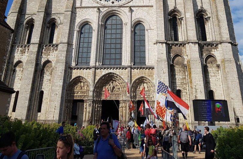 Bild: Chartres-Wallfahrt 2018, Einzug in die Kathedrale von Chartres