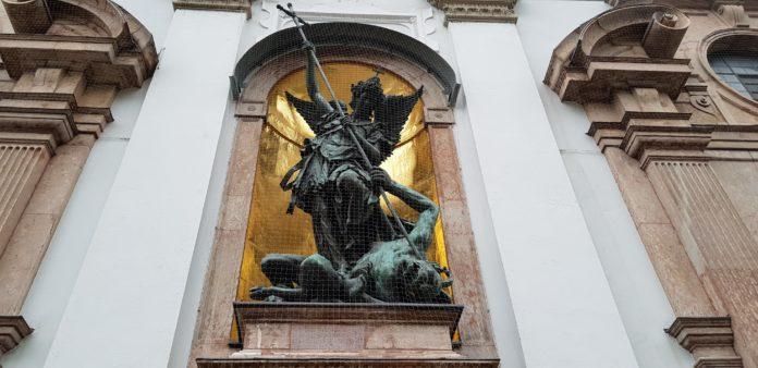 Bild: der Erzengel Michael besiegt Luzifer