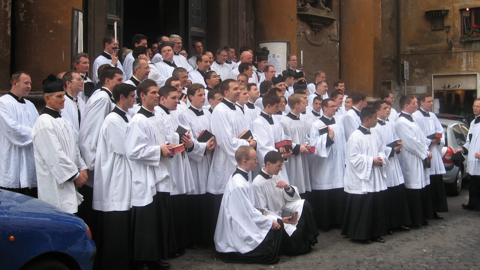 Priester der FSSP vor der Kirche der SS. Trinità dei Pellegrini in Rom [CC BY 3.0 (https://creativecommons.org/licenses/by/3.0)]