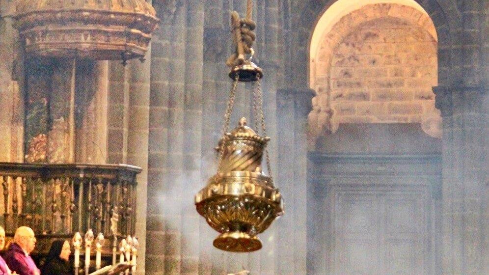 Das Weihrauchfass in der Kathedrale von Santiago de Compostela - Bild: subherwal / https://flickr.com/photos/subherwal/albums/72157677899231123 / Lizenz: CC BY 2.0 (https://creativecommons.org/licenses/by/2.0/)