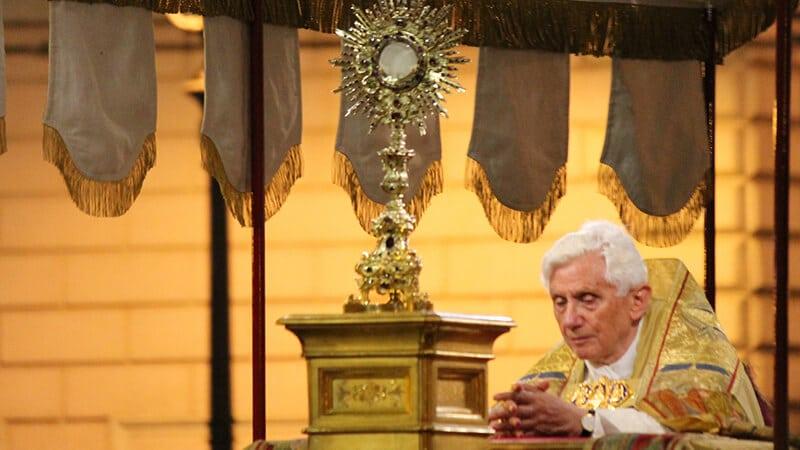Fronleichnamsmesse und – prozession mit Papst Benedikt XVI. am 7. Juni 2012 | Foto: Saint Joseph (https://www.flickr.com/photos/dominicanfriars/ ) | Lizenz: CC BY-NC-ND 2.0 (https://creativecommons.org/licenses/by-nc-nd/2.0/).