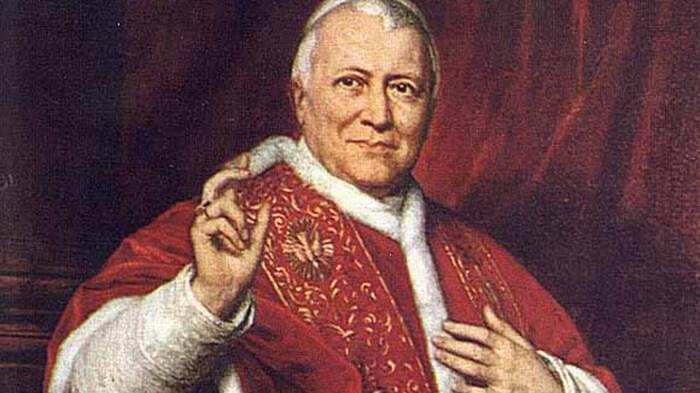 Im Gegensatz zur SZ zeigt das Bild nicht Pius X., sondern Pius IX., den Papst des Ersten Vatikanischen Konzils.