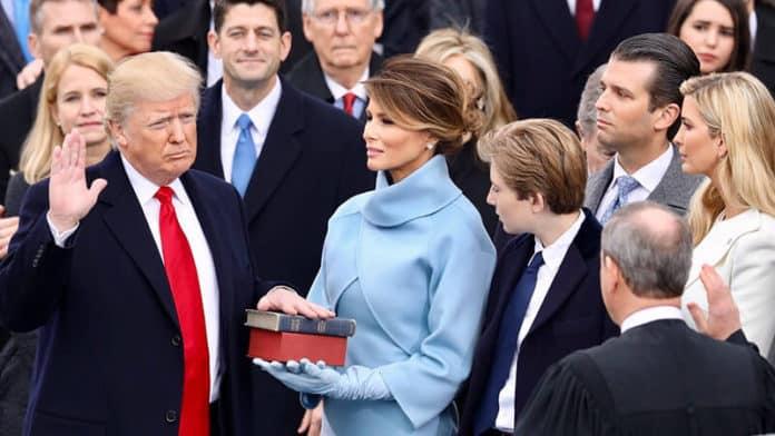 Bild: Donald Trump beim Amtseid, wie sein Amtsvorgänger mit der Hand auf der Lincoln-Bibel (sowie seiner eigenen Kinderbibel) (public domain)