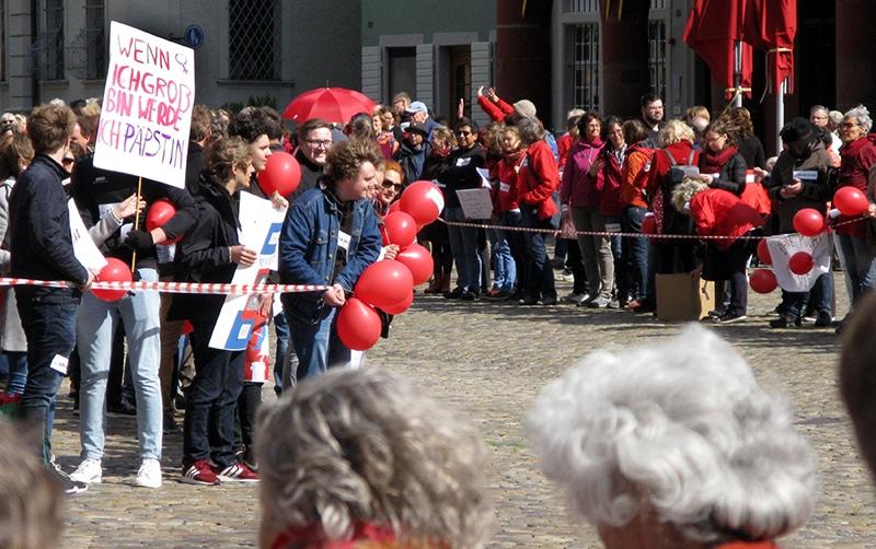 Maria 2.0 Demonstration nach einer Priesterweihe in Freiburg | Andreas Schwarzkopf, CC BY-SA 4.0 , via Wikimedia Commons