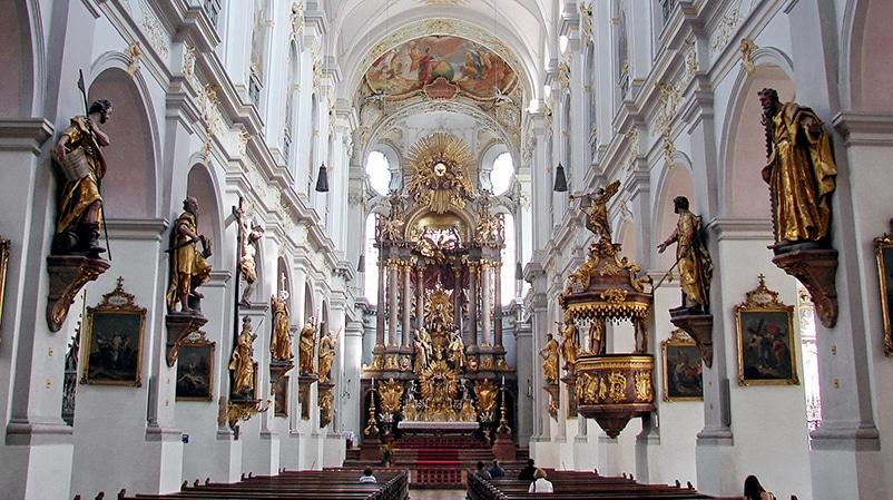 St. Peter (Alter Peter, Hochaltar & Deckengemälde | Foto: H. Helmlechner, CC BY-SA 3.0 , via Wikimedia Commons