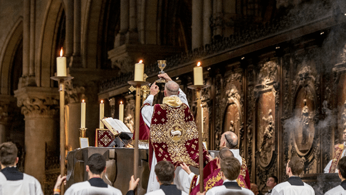 Alte Messe in Chartres   Bild: Latin Mass Society   flickr.com (https://bit.ly/3i35LMw)   Lizenz: CC BY-NC 2.0 (https://creativecommons.org/licenses/by-nc/2.0/)
