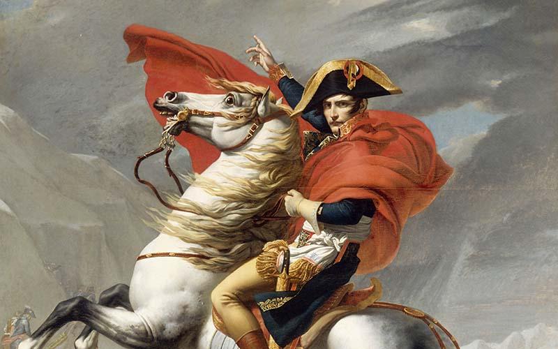 Napoleon Bonaparte beim Überschreiten der Alpen am Großen Sankt Bernhard   Jacques-Louis David, Schloss Versailles, Public domain, via Wikimedia Commons